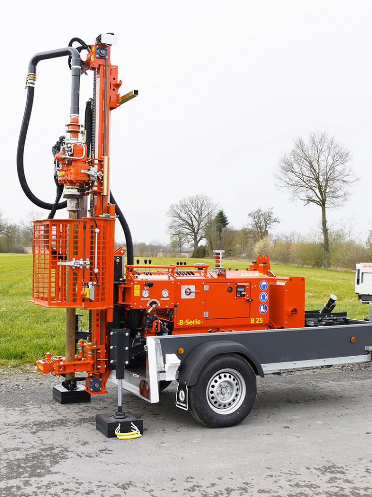 Bohrgerät ADLER B-Serie im Einsatz auf einem Anhänger.